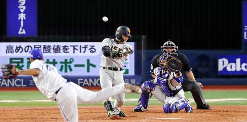DeNA対巨人 4回表巨人1死一塁、右越え2点本塁打を放つ丸。投手武藤(撮影・垰建太)