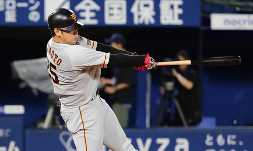 DeNA対巨人 4回表巨人1死、岡本は左越えに本塁打を放つ(撮影・丹羽敏通)