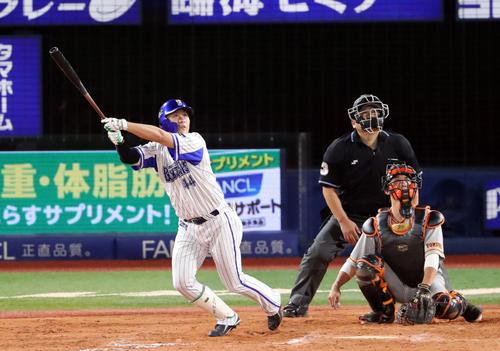 DeNA対巨人 9回裏DeNA1死一塁、左越え2点本塁打を放つ佐野。投手デラロサ(撮影・垰建太)