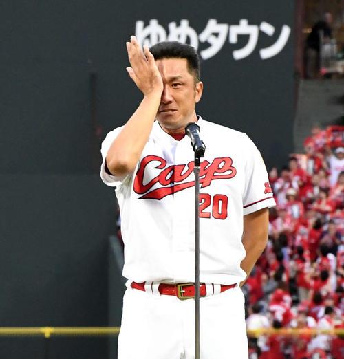 引退セレモニーのあいさつで涙ぐむ永川(2019年9月23日撮影)