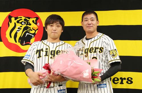 引退会見を行った高橋聡(左)にサプライズで花束を渡す福留(撮影・加藤哉)