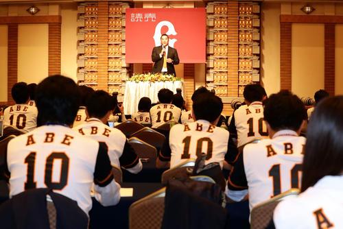 巨人阿部の引退会見では、ユニホームが配られ、報道陣が背番号10をつけて臨んだ(撮影・浅見桂子)