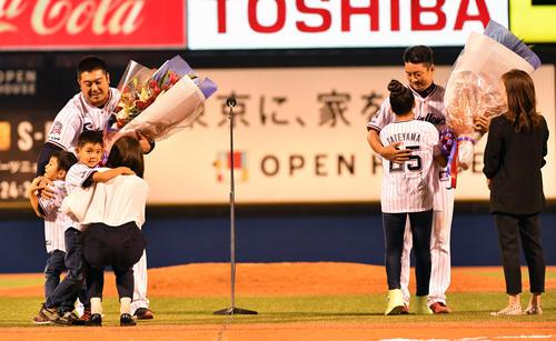 試合後、引退セレモニーで家族と抱き合う畠山(左)と館山(撮影・柴田隆二)