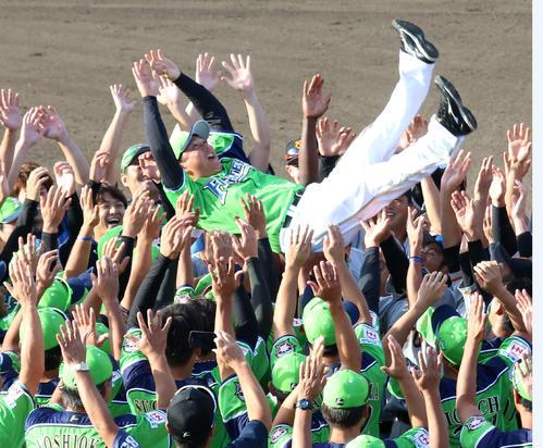 現役最後の試合を終え、両チームの選手から胴上げされる日本ハム実松2軍育成コーチ兼捕手(撮影・田中彩友美)
