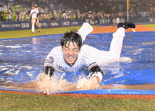 引退セレモニーでヤクルト三輪は本塁へ水しぶきを上げながら2度目のヘッドスライディング(撮影・山崎安昭)