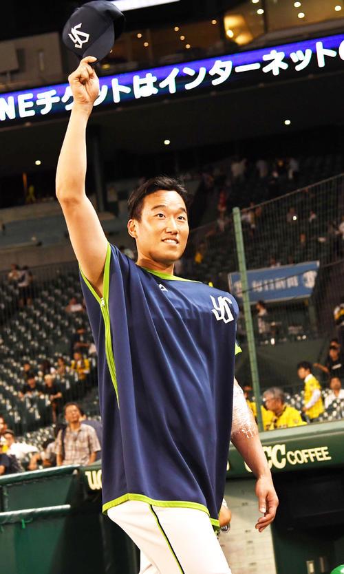 阪神対ヤクルト 勝利投手となった山田大樹はファンの声援に応える(撮影・奥田泰也)