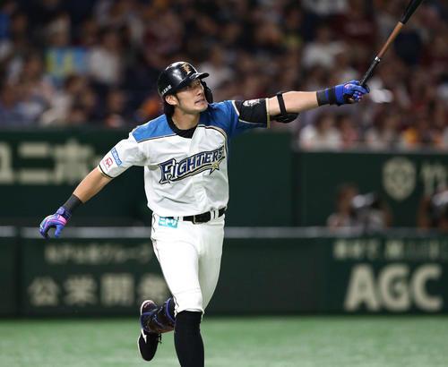 日本ハム対楽天 1回裏日本ハム無死二塁、右越え2点本塁打を放つ大田(撮影・黒川智章)