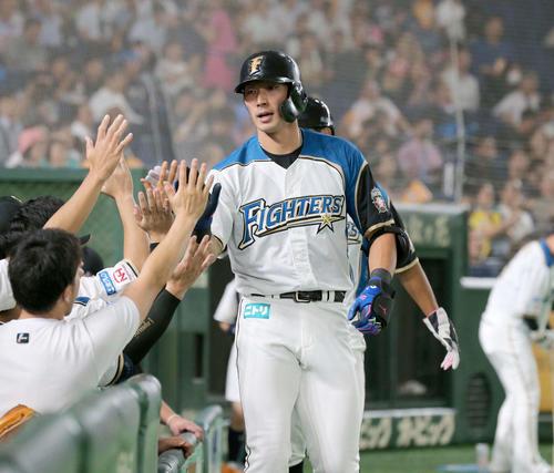 日本ハム対楽天 1回裏、2点本塁打を放ちナインに出迎えられる大田(撮影・黒川智章)