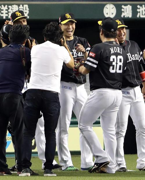 西武対ソフトバンク 試合後、森(手前)と笑顔で喜びを分かち合う千賀(撮影・狩俣裕三)