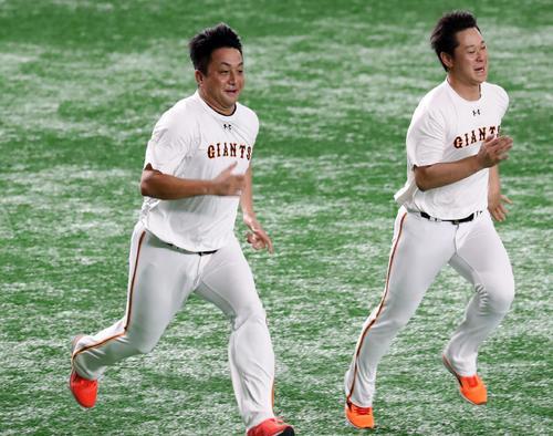 巨人対広島 試合前、中川(右)と笑顔でダッシュする沢村(撮影・浅見桂子)