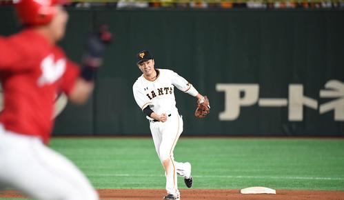 巨人対広島 5回表広島1死一塁、野間の遊ゴロを捕球した坂本勇は一塁へ送球して併殺に仕留める(撮影・山崎安昭)