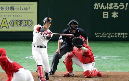 巨人対広島 7回裏巨人1死一、三塁、田中俊は右適時打を放つ(撮影・浅見桂子)