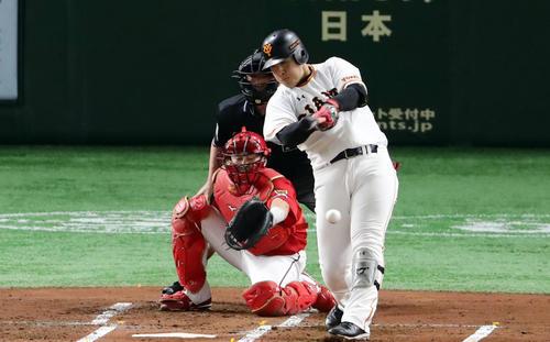 巨人対広島 1回裏巨人1死一、二塁、岡本は左に先制適時打を放つ。投手九里(撮影・浅見桂子)