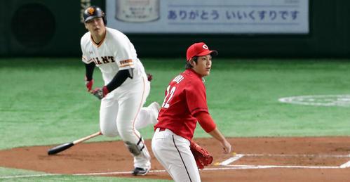 巨人対広島 1回裏巨人1死一、二塁、岡本に左への先制適時打を許し、打球を見つめる九里(撮影・浅見桂子)