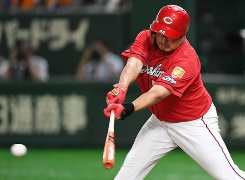 巨人対広島 4回表広島1死二塁、左前適時打を放つ松山(撮影・横山健太)