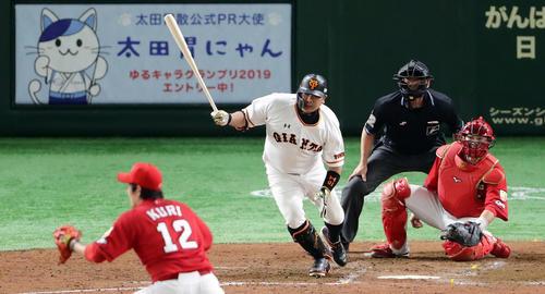 巨人対広島 4回裏巨人2死一、三塁、右前適時打を放つ阿部。投手九里(撮影・浅見桂子)