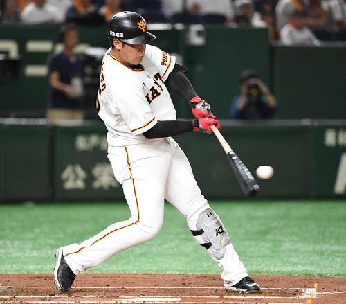 巨人対広島 1回裏巨人1死一、二塁、先制左前適時打を放つ岡本(撮影・山崎安昭)