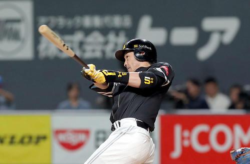 日本ハム対ソフトバンク 6回表ソフトバンク2死、松田宣は左越え本塁打を放つ(撮影・佐藤翔太)