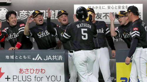 日本ハム対ソフトバンク 6回表ソフトバンク2死、左越え本塁打を放った松田宣を笑顔で出迎える工藤監督(左から3人目)(撮影・佐藤翔太)