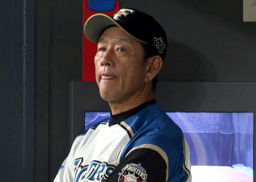 日本ハム対ソフトバンク ベンチで険しい表情の栗山監督(撮影・佐藤翔太)