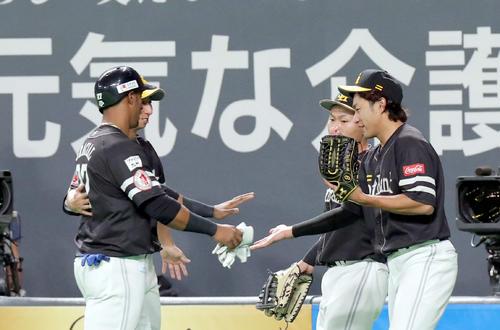 日本ハム対ソフトバンク 5回表ソフトバンク2死二塁、勝ち越しとなる右前適時打を放ち柳田(右)とタッチを交わすグラシアル(撮影・佐藤翔太)