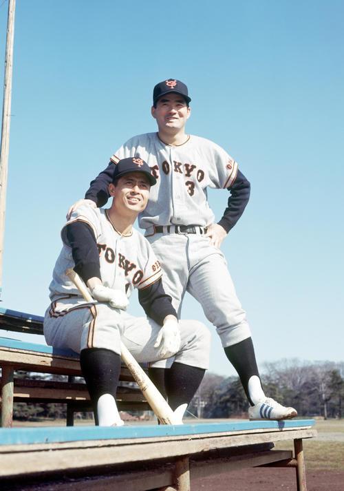 67年、神宮外苑軟式野球場で王貞治(左)と長嶋茂雄