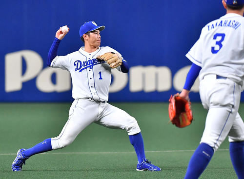 6回表阪神1死、梅野隆太郎の打球を一塁へ悪送球する京田陽太(撮影・上田博志)
