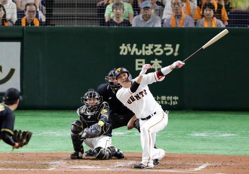 巨人対阪神 3回裏巨人2死、坂本勇は左翼ソロ本塁打を放つ。投手岩貞(撮影・浅見桂子)