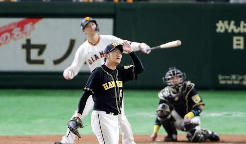 巨人対阪神 3回裏巨人2死、坂本勇に左翼ソロ本塁打を許し打球を見つめる岩貞(撮影・浅見桂子)