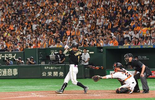 巨人対阪神 4回表阪神2死満塁、代打で登場し、右前に同点適時打を放つ鳥谷敬(撮影・上田博志)