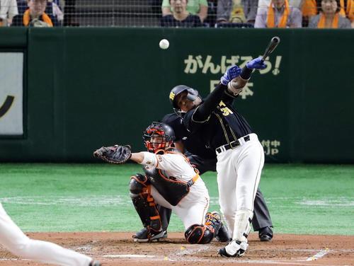 巨人対阪神 4回表阪神無死、マルテは中越え二塁打を放つ。投手菅野(撮影・浅見桂子)