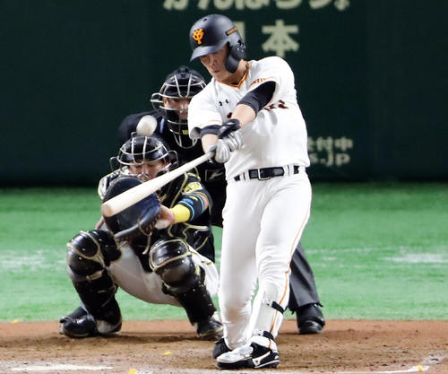 巨人対阪神 7回裏巨人1死、石川は左翼ソロ本塁打を放つ(撮影・浅見桂子)
