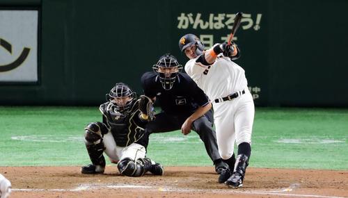 巨人対阪神 8回裏巨人2死一塁、ゲレーロは左中間に逆転2点本塁打を放つ。投手ジョンソン(撮影・浅見桂子)