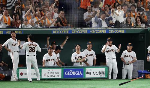 巨人対阪神 8回裏巨人2死一塁、ゲレーロが左中間に逆転2点本塁打を放ち、喜ぶ原監督ら巨人ベンチ(撮影・浅見桂子)