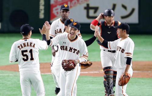 巨人対阪神 8回裏に逆転してM5とし、笑顔で喜び合う坂本勇(中央)ら巨人の選手たち(撮影・浅見桂子)
