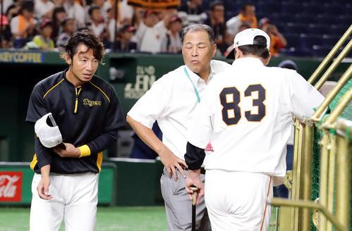 巨人対阪神 試合前、巨人原監督(右)にあいさつする阪神鳥谷(左)。中央は村田真一氏(撮影・浅見桂子)