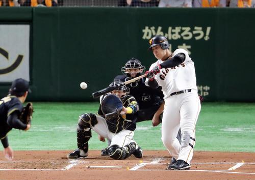 巨人対阪神 1回裏巨人1死一、二塁、岡本和真は右越え先制適時二塁打を放つ。投手岩貞(撮影・浅見桂子)