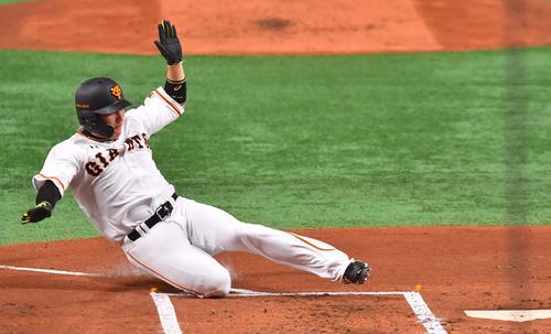 巨人対阪神 1回裏巨人1死一、二塁、岡本和真に右越え先制2点適時二塁打で生還する丸佳浩(撮影・上田博志)