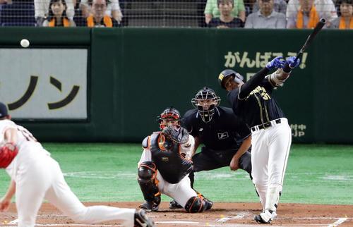 巨人対阪神 2回表阪神無死、マルテは右前打を放つ。投手菅野(撮影・浅見桂子)