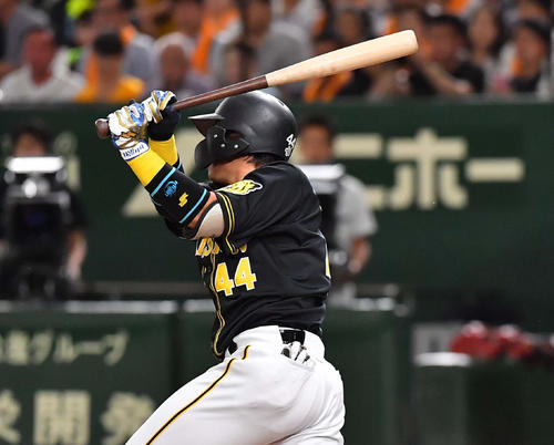 巨人対阪神 2回表阪神2死一、二塁、右前に適時打を放つ梅野隆太郎(撮影・上田博志)