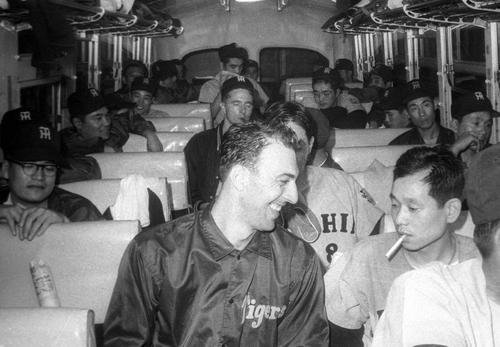 1964年日本シリーズ、バス中のバッキーさん(中央)と吉田義男氏(右)
