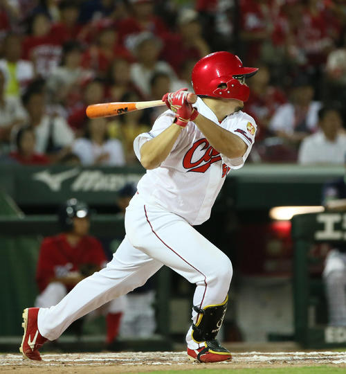 7回裏広島1死一、二塁、松山は左翼線へ2点適時二塁打を放つ(撮影・栗木一考)