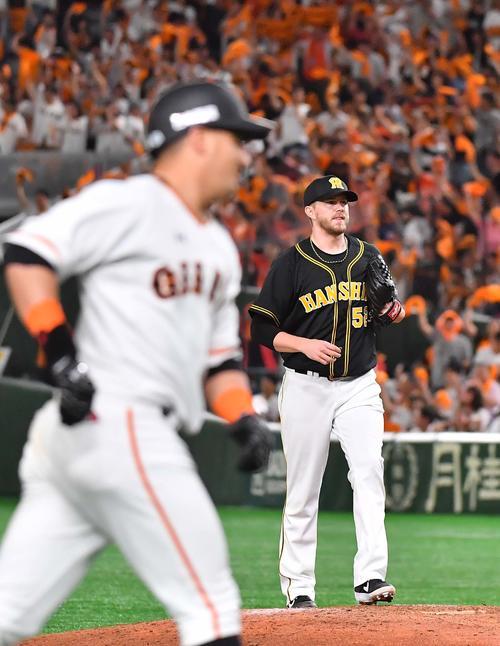 巨人対阪神 8回裏巨人2死一塁、アレックス・ゲレーロ(左)に左中間へ逆転2点本塁打を浴びるジョンソン(撮影・上田博志)