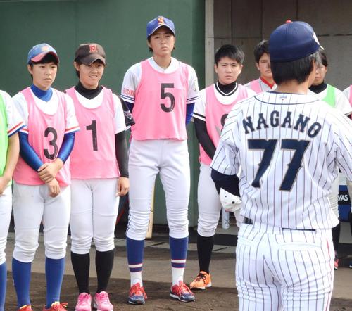 身長177センチの三浦(左から3人目)はU18女子日本代表トライアウト参加者の中でもひときわ大きい