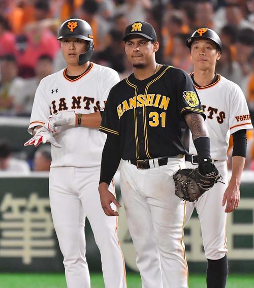 巨人対阪神 9回裏巨人1死一塁、阿部の代走で一塁に立つ宮国(左)(撮影・上田博志)