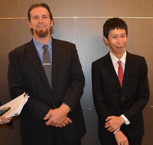引退後、広島のスカウトとして「eドラフト会議」で初仕事を行ったエルドレッド氏。右はお笑い芸人アンガールズの山根