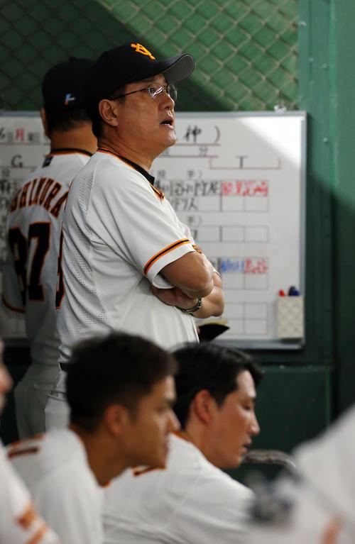 巨人対阪神 6回裏巨人2死満塁、小林(手前右)が三振に倒れ厳しい表情の原監督(撮影・垰建太)