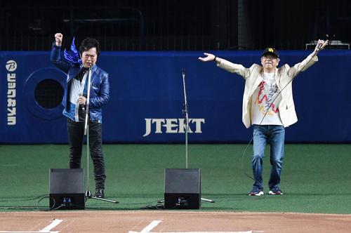 中日対巨人24回戦 燃えよドラゴンズ!を歌う水木一郎(左)と山本正之(撮影・前岡正明)