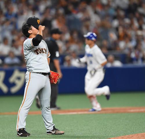 中日対巨人 7回裏中日2死二塁、大島洋平に2点本塁打を打たれうなだれる田口麗斗(撮影・森本幸一)