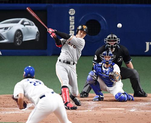 中日対巨人24回戦 5回表巨人1死二塁、田中俊は先制の中前適時打を放つ。投手梅津(撮影・前岡正明)